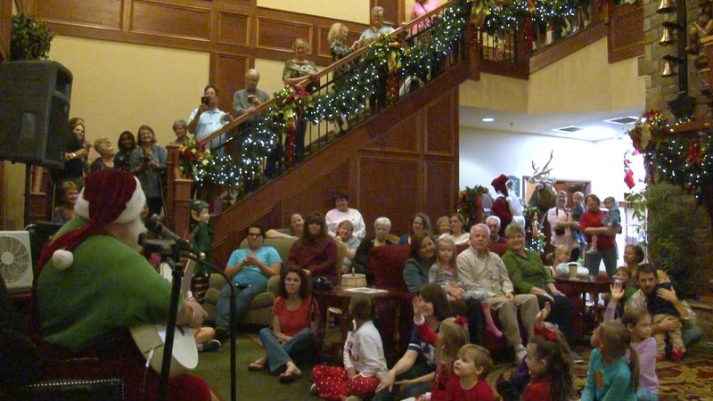 Singing Santa performs at the packed lower lobby of the Inn every Thursday and Saturday night.